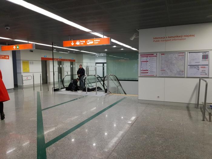 空港から電車までのエスカレーター